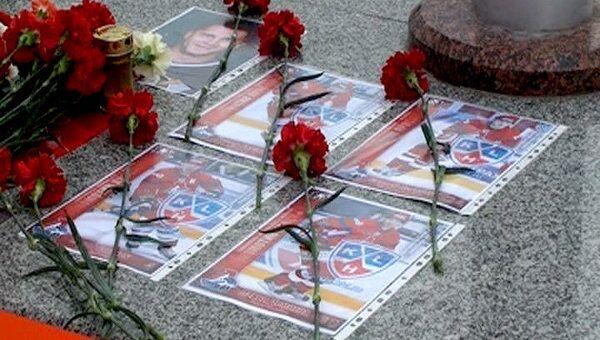 Жители Минска несут цветы к стадиону, где должен был играть Локомотив