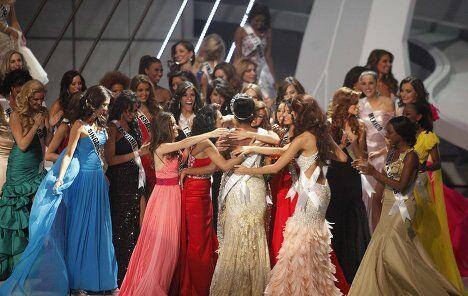 Участницы конкурса Мисс Вселенная 2011 поздравляют победительницу Лейлу Лопес