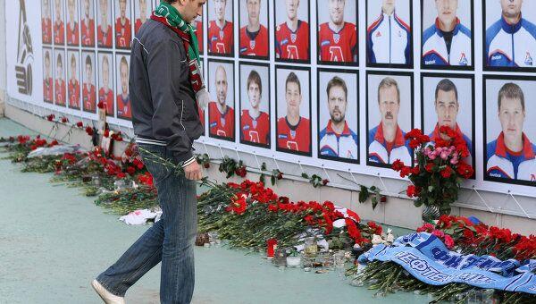 Стенд с фотографиями игроков ХК Локомотив, погибших в результате авиакатастрофы самолета Як-42 в Ярославской области 12 сентября. Архивное фото