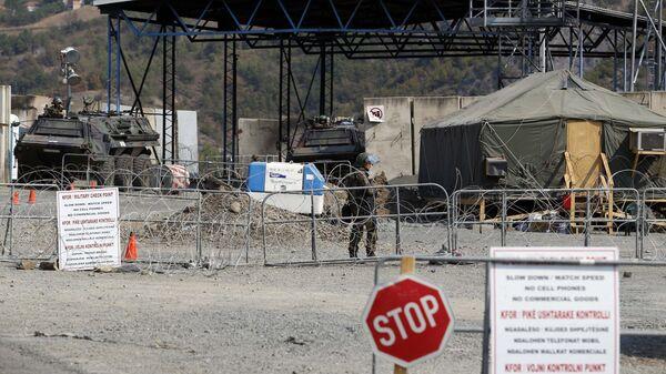 Солдаты армии KFOR на закрытой границе Сербии и Косово. Архивное фото