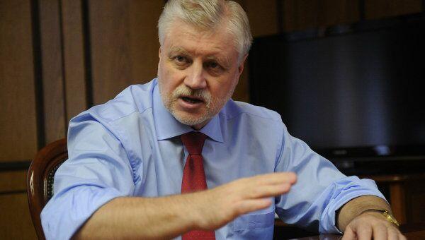 Лидер партии Справедливая Россия Сергей Миронов в рабочем кабинете