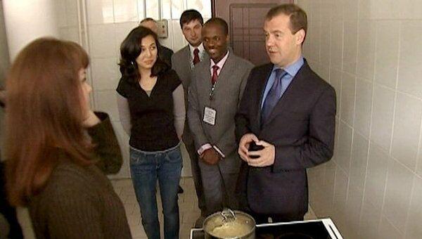 Студентки РУДН показали Медведеву, как в общежитии готовят диетическую пасту