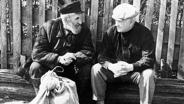 Народный художник СССР Аркадий Александрович Пластов (справа) со своим другом. Село Прислониха. Архивное фото