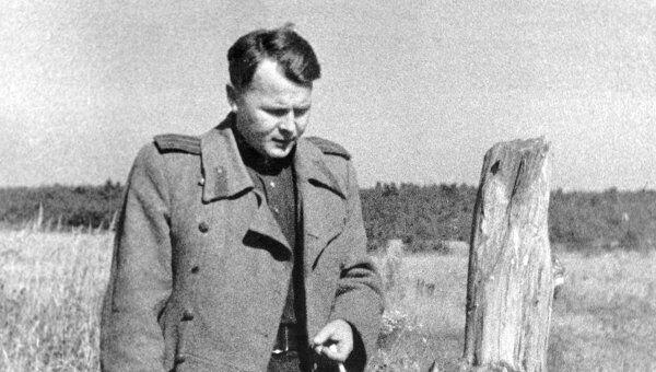 Александр Твардовский в родной деревне Загорье на Смоленщине. Архив