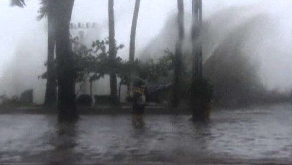 Тайфун Нисат обрушил на Филиппины трехметровые волны