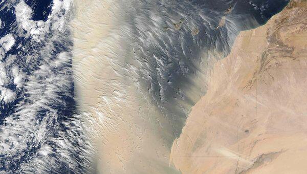 """Пылевая буря встречается с потоками ветра в тропической Атлантике, снимок спутника """"Терра"""", 2004 год"""