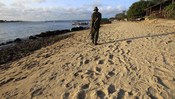 Кенийский полицейский на пляже на острове Манда, где была похищена пожилая француженка