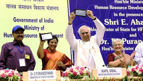 Глава министерства развития трудовых ресурсов Индии Капил Сибал представляет самый дешевый в мире планшет за 50 долларов