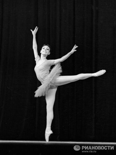 Солистка ГАБТ СССР Сорокина в сцене из балета Класс-концерт