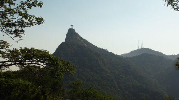 Вид на тропический лес парка Тижука и гору Корковаду с монументом
