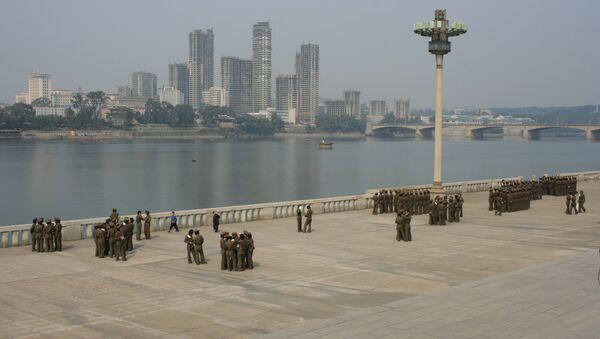 Набережная реки Тэдонган в центре Пхеньяна