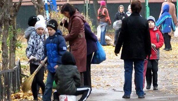 Дети и взрослые вышли на общегородской субботник в Набережных Челнах
