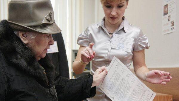 Во время голосования на одном из избирательных участков Москвы. Архив