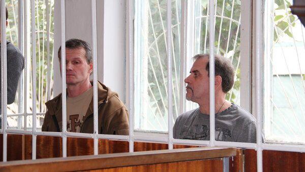 Летчики  Владимир Садовничий (гражданин РФ, слева) и гражданин Эстонии Алексей Руденко (справа) на суде в Таджикистане