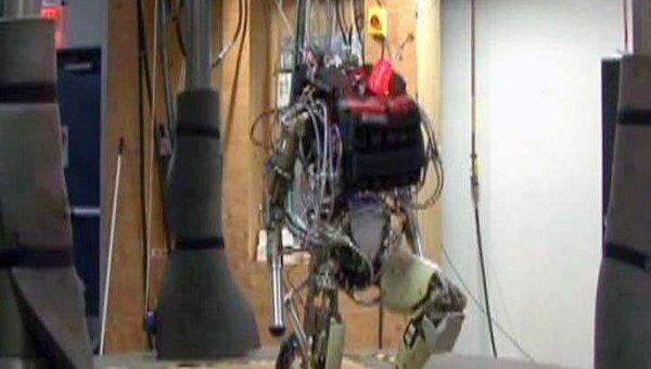 Безголовый робот-солдат умеет бегать, отжиматься и потеть