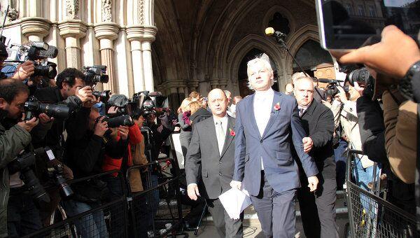 Джулиан Ассанж выходит из здания Высокого суда в Лондоне