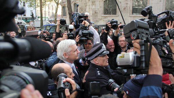 Джулиан Ассанж выходит из здания Высокого суда в Лондоне. Архив