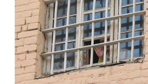 Юлия Тимошенко в окне камеры СИЗО. Архив