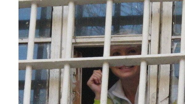 Юлия Тимошенко выглядывает из окна камеры СИЗО