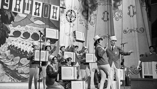 Студенты участвуют в телевизионной игре КВН. Архивные кадры