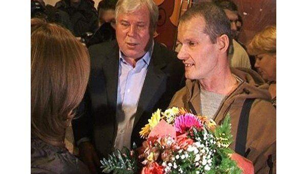 Летчик Садовничий в первые минуты на родине после шести месяцев тюрьмы