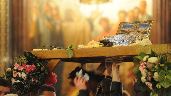 Ковчег с Поясом Богородицы в Москве установили на арку, под которой проводят верующих