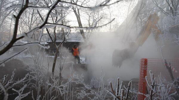 Прорыв трубы горячего водоснабжения. Архивное фото