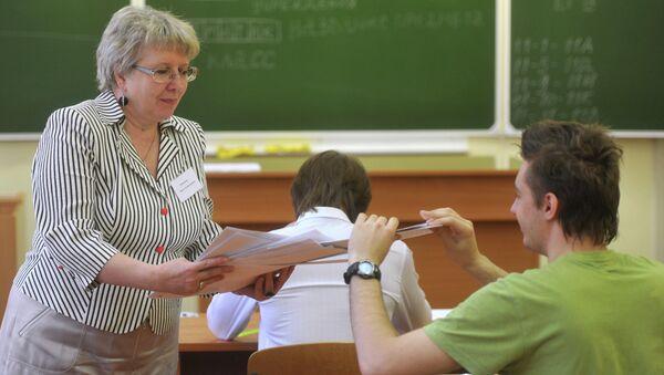 Школьники на экзамене, архивное фото