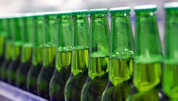 Бутылки с пивом в цехе розлива пива. Архивное фото