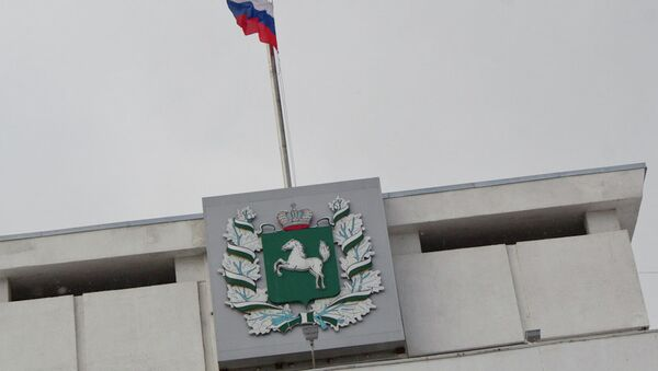 Герб и флаг на здании администрации Томской области, архивное фото