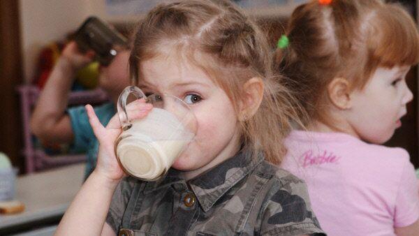 Дети едят в детском саду. Архивное фото