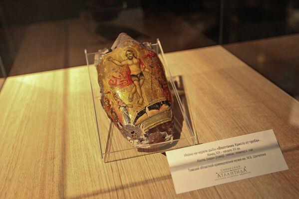 Икона на черепе рыбы на выставке в Томском областном краеведческом музее