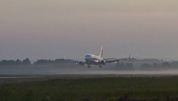 Самолет на взлетной полосе аэропорта. Архив