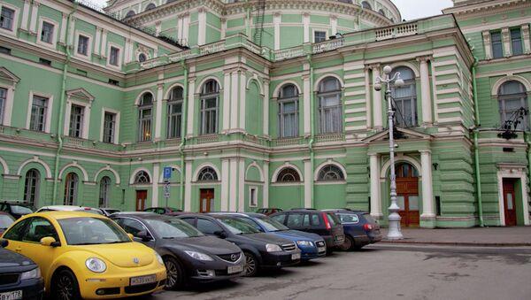 Автомобили, припаркованные у Мариинского театра в Петербурге. Архив