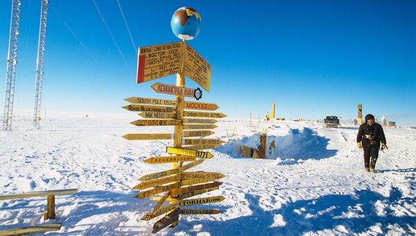 Указатель дорог на южном геомагнитном полюсе Земли. Архивное фото