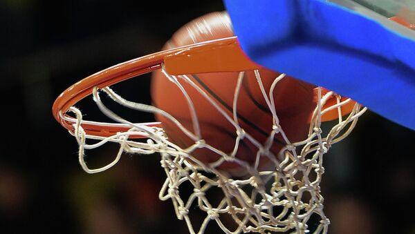 Мяч в корзине во время матча баскетбольного матча. Архивное фото