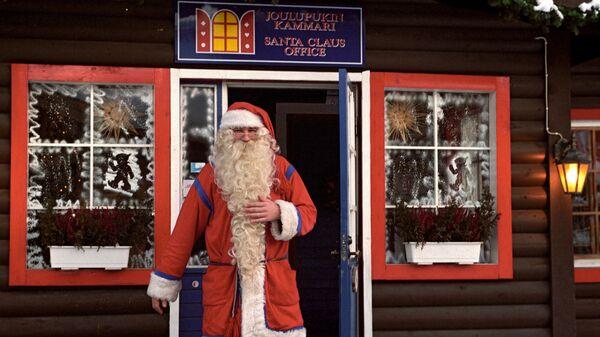 Санта Клаус у входа в свой офис. Архивное фото