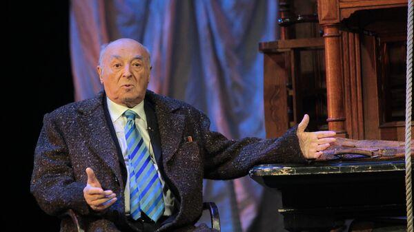 Владимир Этуш играет отрывок из спектакля Пристань на своем творческом вечере