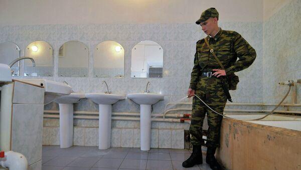 Солдат убирается в комнате для умывания. Архивное фото