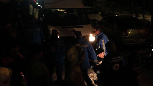 Сотрудники скорой помощи у дома на проспекте Наставников, где произошел пожар