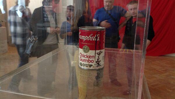 Банка супа, подаренная Новым художникам Энди Уорхолом.