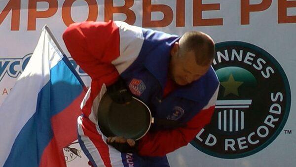 Силач скручивал в трубочку сковородки на скорость ради рекорда