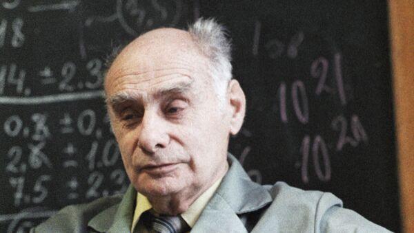 Член АН СССР Георгий Флеров