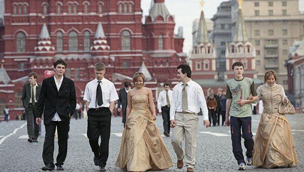 Выпускники школ на Красной площади в Москве. Архив
