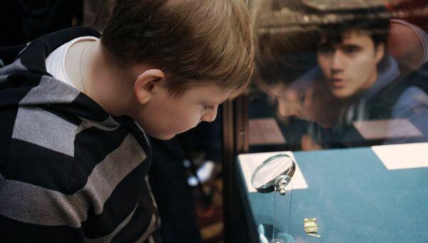 Ребенок в музее. Архив