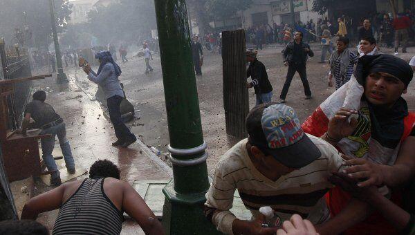 Столкновение демонстрантов с военными, охранявшими здание совета министров в Каире