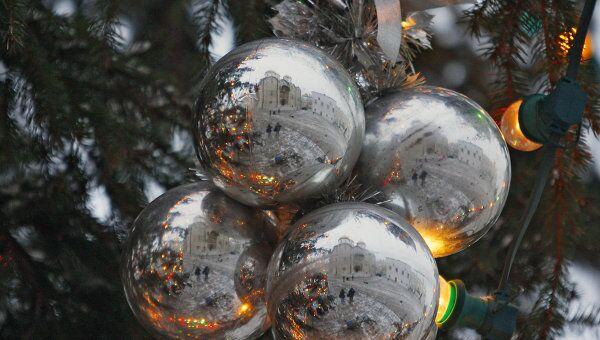 Украшение новогодней елки. Архив