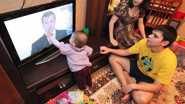 Молодая семья из Владивостока смотрит телетрансляцию послания президента РФ Дмитрия Медведева Федеральному Собранию РФ
