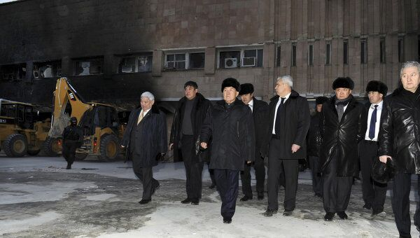 Президент Казахстана Нурсултан Назарбаев во время посещения мест беспорядков в в Жанаозене 22 декабря 2011