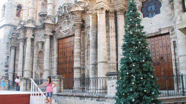Рождественская ель у Кафедрального собора в Старой Гаване